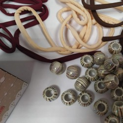 Box 30 Perline Perle Foro Largo Stile Pandora Acrilico + Filo Lycra + Scatola Marrone